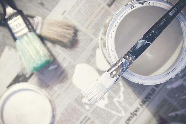 Välj en färg som du tycker passar till fasaden. Sätt igång och måla. Torka bort färgstänk från glaset innan färgen har torkat.