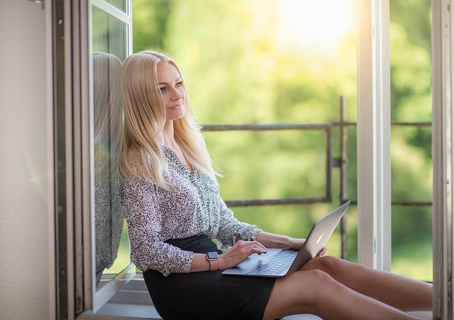 Gör research och räkna på din budget innan du anlitar en hantverkare till ditt fönsterbyte.